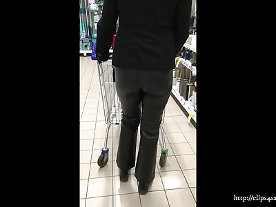 Wifey on shopping in leather pants (Video via smartphone)